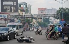TP HCM: Sáng sớm, taxi húc xe máy văng 10m