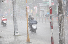 Cuối kỳ nghỉ lễ, mưa chuyển mùa xuất hiện ở TP HCM