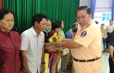 CSGT cùng mạnh thường quân tặng quà Tết cho người nghèo