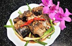 Ngon cơm ngày mưa với cá ngừ kho tỏi ớt