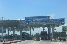 Tài xế dùng ô tô 'cố thủ' giữa trạm BOT Nam Bình Định đòi giảm giá vé