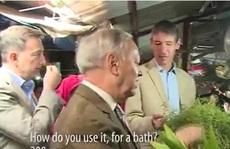 Đại sứ 'Tây' đi chợ Tết, mua lá mùi tắm 'tẩy trần'
