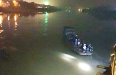 Lùi xe bất cẩn, ô tô lao xuống sông Hồng làm 2 người tử vong