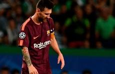 Fan cuồng hôn chân Messi trong tiếng hô tên Ronaldo