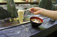Du khách thích thú vớt mì trượt máng tại Nhật Bản