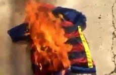 Fan Barcelona đốt áo, gọi Neymar là kẻ phản bội