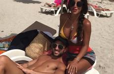 Fabregas đính hôn với 'máy bay bà già'