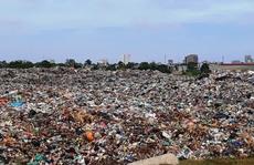 'Núi rác' khổng lồ đe doạ bãi biển Sầm Sơn