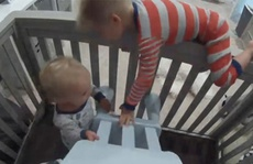 Clip: Anh trai 4 tuổi giúp em trốn khỏi cũi gây sốt