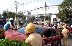 Bảo vệ táy máy, ô tô vọt ra đường tông bị thương 2 người