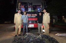 Phát hiện 28.000 quả pháo trên xe khách biển số Lào