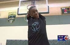 Clip cậu bé 13 tuổi cụt cả hai tay vẫn đam mê chơi bóng rổ