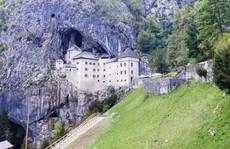 Lâu đài cổ tích nằm trong vách đá