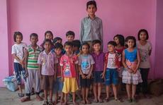 Cậu bé 8 tuổi cao gần 2m, gấp đôi các bạn cùng lớp