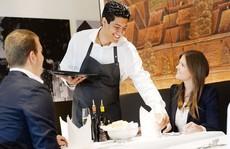 Cách đưa tiền tip ở nhà hàng, khách sạn cho người sành điệu