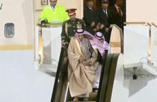 Vừa tới Nga, Vua Ả Rập Saudi đã gặp sự cố vì chiếc thang vàng