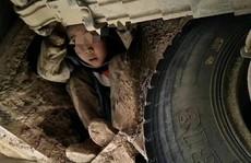 Hai bé trai ngồi trong gầm xe suốt 80 km tìm bố mẹ