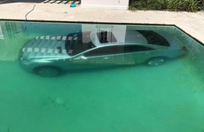Bị 'đá', người mẫu Nga dìm xe hơi của tình cũ xuống hồ bơi