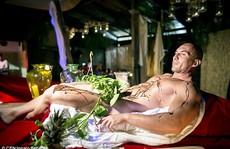 Nhà hàng khoả thân phục vụ món ăn trên cơ thể người