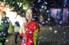 Bạn trẻ thích thú với 'tuyết rơi' giữa Hà Nội