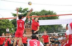 Tranh cãi khi tuyển bóng chuyền nữ Việt Nam về làng đấu đội nam