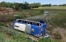 Xe khách lao xuống ruộng, nhiều người bị thương