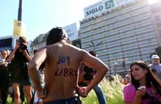 Argentina: Phụ nữ biểu tình đòi ở trần tắm nắng