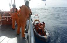 Tàu cá bị chìm, 7 ngư dân trôi dạt hơn 3 hải lý được cứu