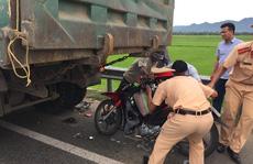 Thiếu niên 'cặp 3' trên xe máy tông thẳng xe tải