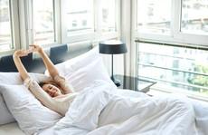 Có phải cứ dậy sớm là tốt và nên khỏa thân khi ngủ?