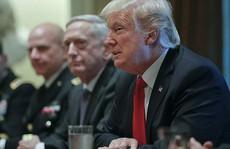 """Họp giới quân sự, ông Donald Trump nói về """"cơn bão"""" lạ"""