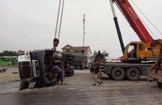 Bị xe container lật đè, một người chết biến dạng