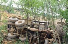 Xe tải lao xuống vực sâu 100 m, 4 người tử vong không ai biết