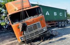 """Kinh hoàng xe container """"cày"""" mặt đường dốc cầu Sài Gòn"""