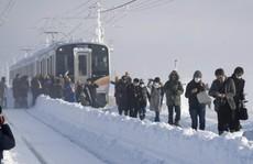 Nhật Bản: Tuyết 'chôn chân' xe lửa, khách rã rời đứng cả đêm