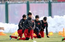 Clip: U23 Việt Nam tập trên mặt sân phụ cực đẹp, vẫn lo tuyết rơi