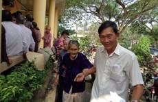 Tướng Nguyễn Việt Thành trao quà cho dân nghèo đón Tết
