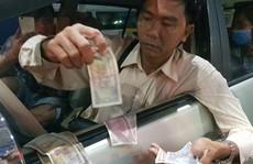 Tài xế trả tiền lẻ bị ướt khi qua trạm BOT Cần Thơ - Phụng Hiệp