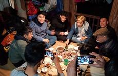 Video đầm ấm bữa cơm quê nhà trên nhà sàn của anh em Tiến Dũng