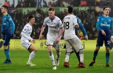 HLV Wenger 'nổi điên' với hàng thủ Arsenal sau trận thua Swansea