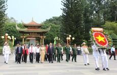 Chủ tịch nước Trần Đại Quang dâng hương liệt sĩ