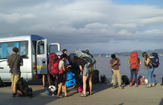 Lệnh cấm vừa ban, Hải Phòng lại 'mở' để ô tô trên 12 chỗ sang đảo Cát Bà