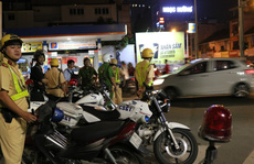 CSGT TP HCM 'siết' xe trọng tải nặng, tài xế dùng 'chiêu' đối phó
