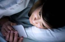 Những tác hại tiềm ẩn nếu dùng điện thoại trước khi ngủ