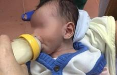 Nghe tiếng khóc, thấy bé trai 2 tháng tuổi bị bỏ bên đường trong đêm