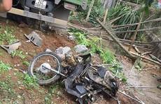 Xe tải tông chết 2 vợ chồng đi xe máy, lao vào nhà dân