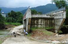 Cây cầu 15 tỉ đồng xây xong để 'làm cảnh', dân vẫn lội suối