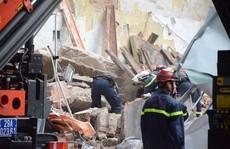 Bức tường gần Hồ Gươm bất ngờ đổ sập, du khách hoảng sợ