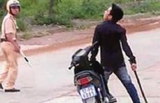 Bị yêu cầu dừng xe, thanh niên chém 2 công an trọng thương