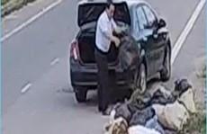 Cựu cán bộ chất đầy rác sau cốp xế hộp rồi vứt bên đường